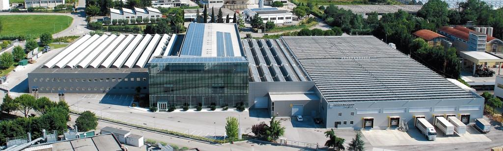 Veduta aerea degli Uffici Direzionali e Tecnici e di parte degli stabilimenti produttivi della Roccheggiani spa a Camerano (An).