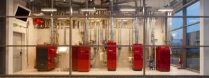 La centrale termica. È un esempio di polifunzionalità, comprende prodotti che non servono all'impianto ma per essere testati nei corsi d formazione. (FOTO Solarraum).