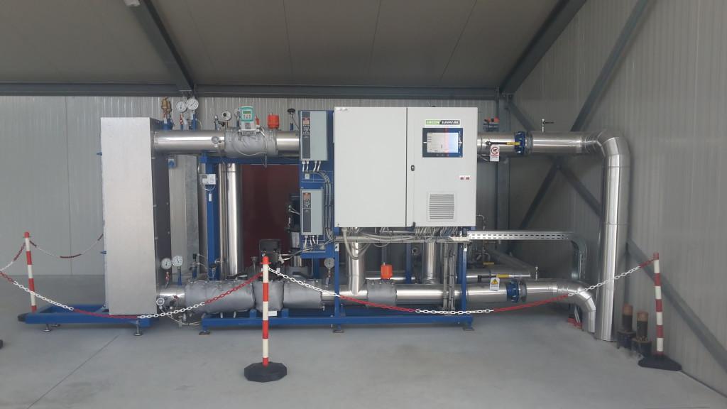 La centrale di controllo posta nel magazzino, monitorando in real time le condizioni del campo solare, permette di inviare l'acqua in uscita alternativamente al serbatoi di accumulo o quello di reintegro.
