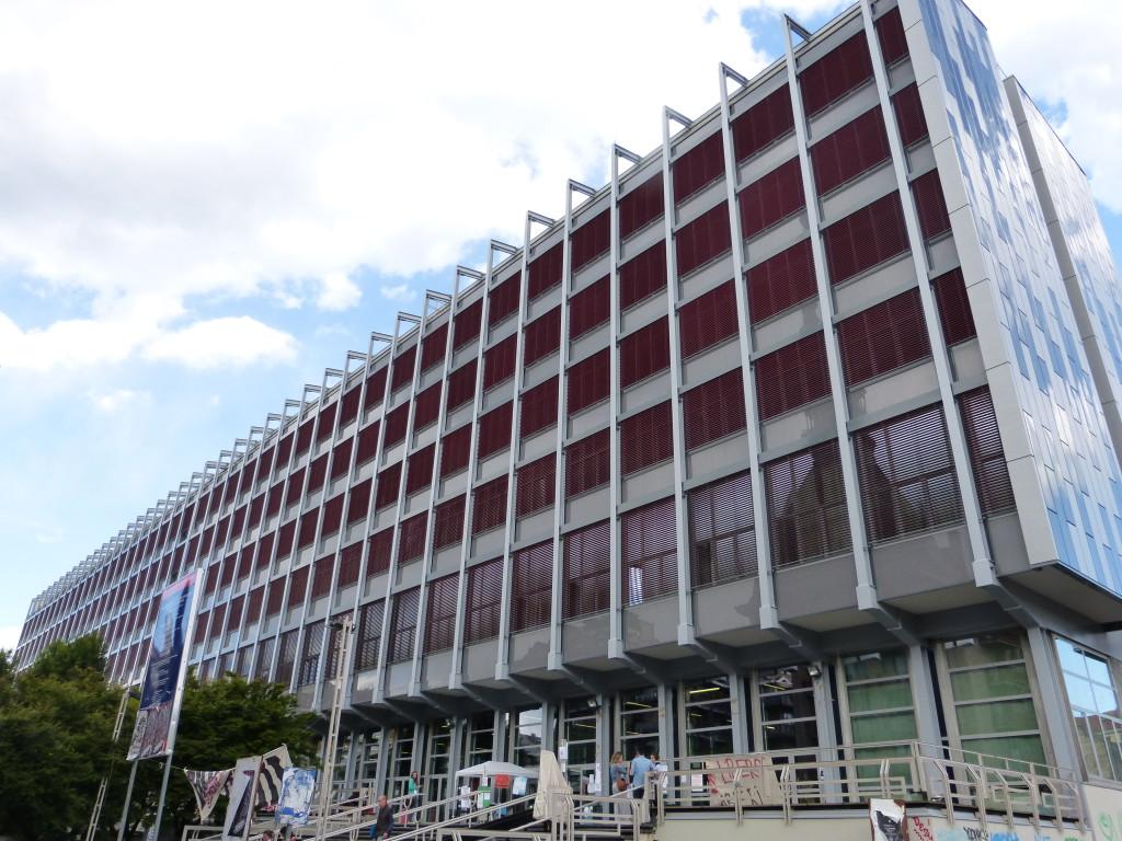 Palazzo Nuovo visto dall'ingresso principale: l'involucro dell'edificio è stato completamente rinnovato impiegando facciate a cellule, equipaggiate con veneziane, e sistemi di tamponamento a cappotto termoisolante (Università degli Studi di Torino).