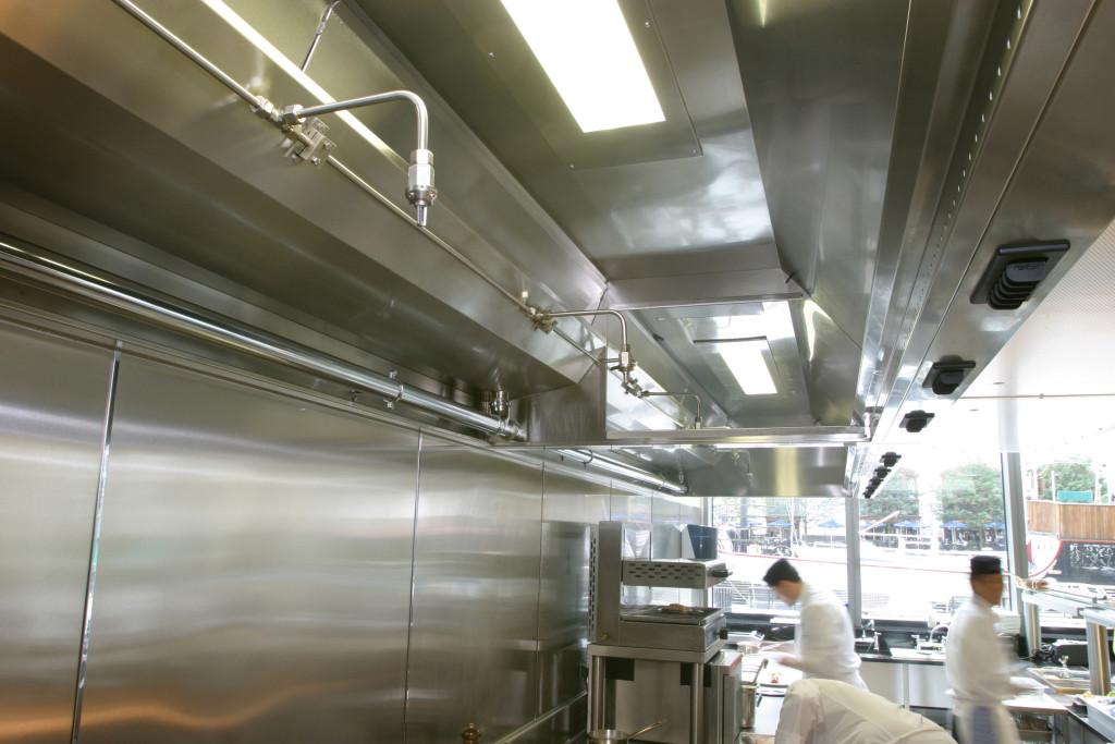 Particolare degli ugelli antincendio installati direttamente nelle cappe in una cucina professionale.