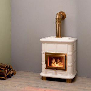 Moderna stufa a legna. Potenza termica nominale 8,5 kW. Rendimento 81%. (Emmeti Stufe).