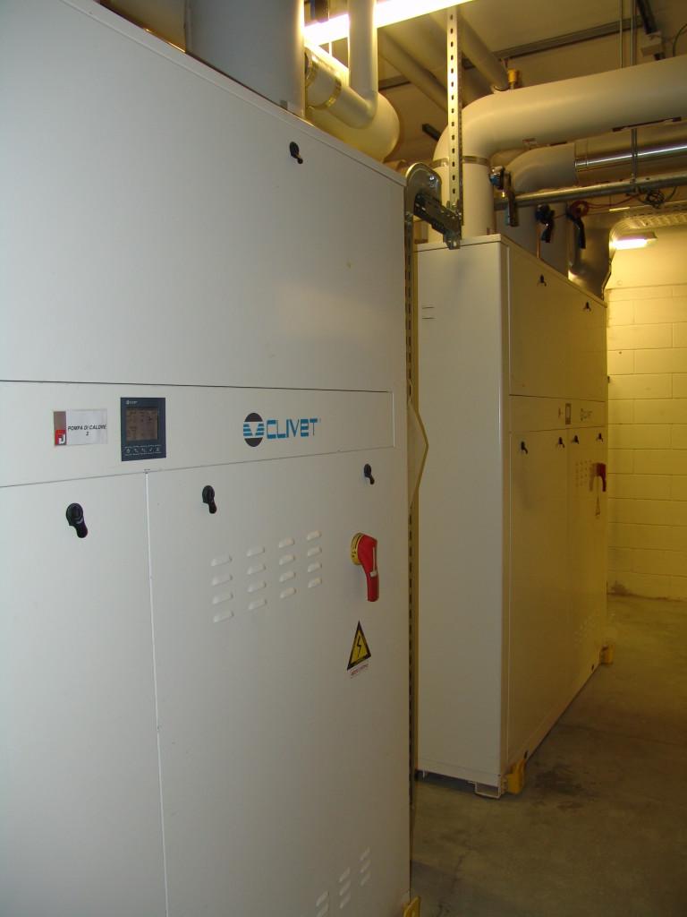 Le 18 pompe di calore acqua/acqua (circa 3 MW complessivi) producono i fluidi caldi e refrigerati per la climatizzazione degli ambienti e la produzione dell'acqua calda sanitaria, coadiuvate dai campi solari termici (Fabbro Vanni).