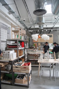 La zona showroom con i canali spiroidali e gli anemostati per la diffusione dell'aria a coni concentrici.