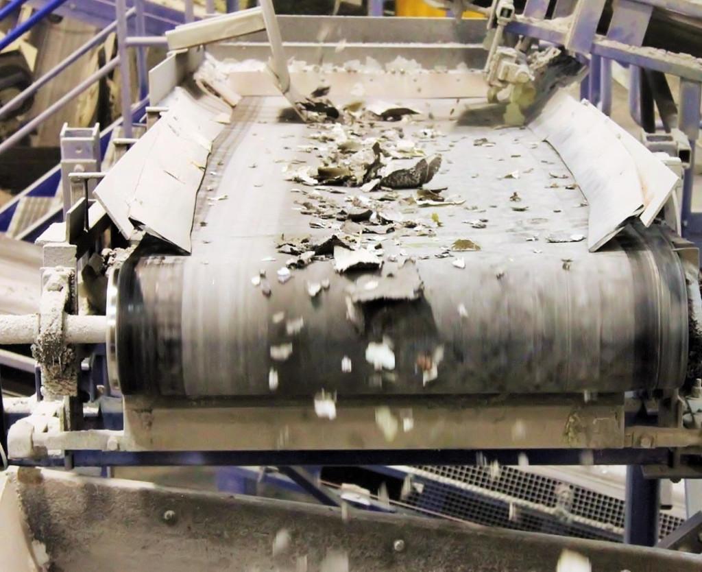 Separazione dei materiali dopo frantumazione meccanica dei moduli fotovoltaici.