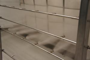 Umidificatore adiabatico ad alta pressione. Gli ugelli posti sul distributore producono ogni secondo più di 5 miliardi di goccioline del diametro di 10 micron.