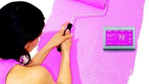 """Honeywell propone una vasta gamma di termostati """"smart"""" dall'estetica più tradizionale ma con varie funzioni aggiuntive come i comandi vocali o la capacità di imitare il colore delle pareti come sfondo del display."""