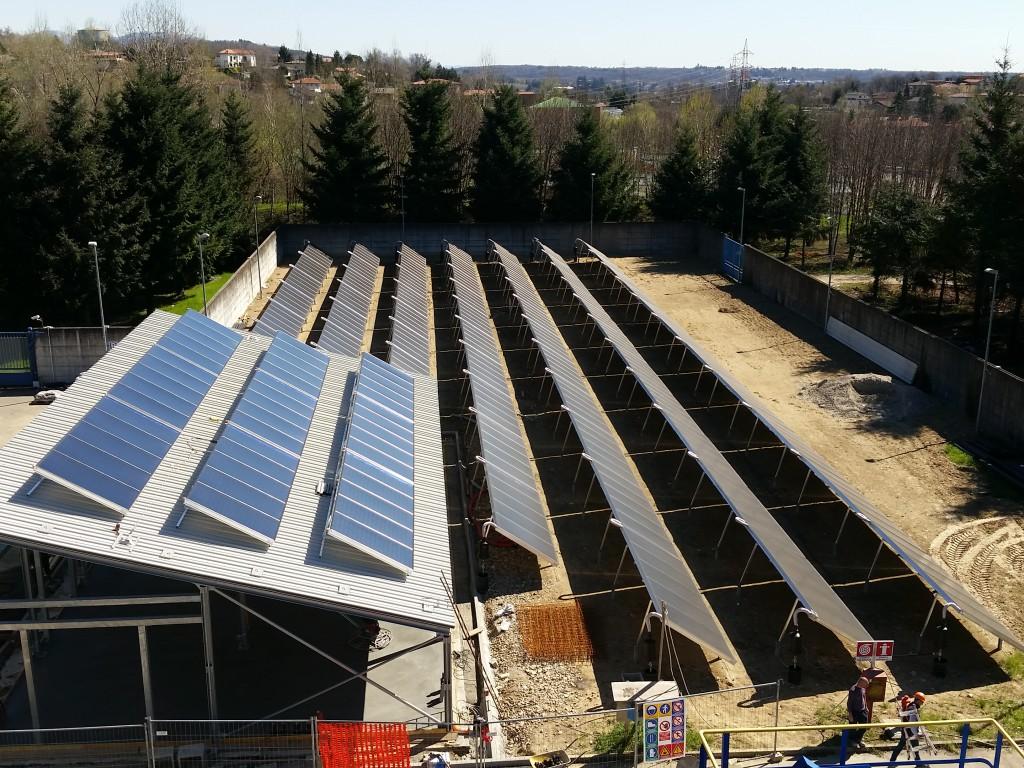 Il campo solare prevede 8 file di pannelli solari collegate in parallelo, di cui una (suddivisa in tre parti) disposta sul tetto del magazzino.