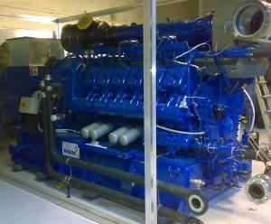 Il cogeneratore, già posizionato nella centrale tecnologica, ripreso prima della realizzazione della camera insonorizzata: in regime operativo la macchina restituisce 1.200 kW elettrici e 1.190 kW termici (Università degli Studi di Torino).