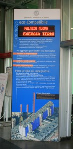 Al termine dei lavori di rinnovamento delle centrali impiantistiche, nell'atrio di Palazzo Nuovo è stato installato un totem che informa sui risultati raggiunti in tema di efficienza energetica e riduzione delle emissioni.