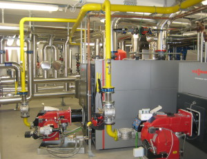 Le due caldaie a condensazione riscaldano il Corpo Servizi e integrano il calore accumulato nel Corpo Serre per assicurare stabilità alle diverse condizioni termiche necessarie ai cinque sistemi climatici (SINT Ingegneria).