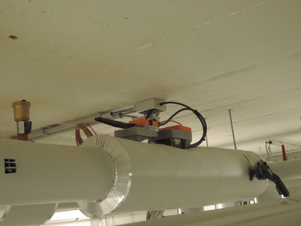 """Poste tra l'anello tecnico e gli scambiatori delle pompe di calore, le valvole a 2 vie a sfera """"pressure independent"""" sono dotate di misuratore di portata e sonde di temperatura integrate, per modulare la portata, bilanciare dinamicamente il circuito e mostrare dove la portata e l'energia vengono utilizzate (Belimo)."""