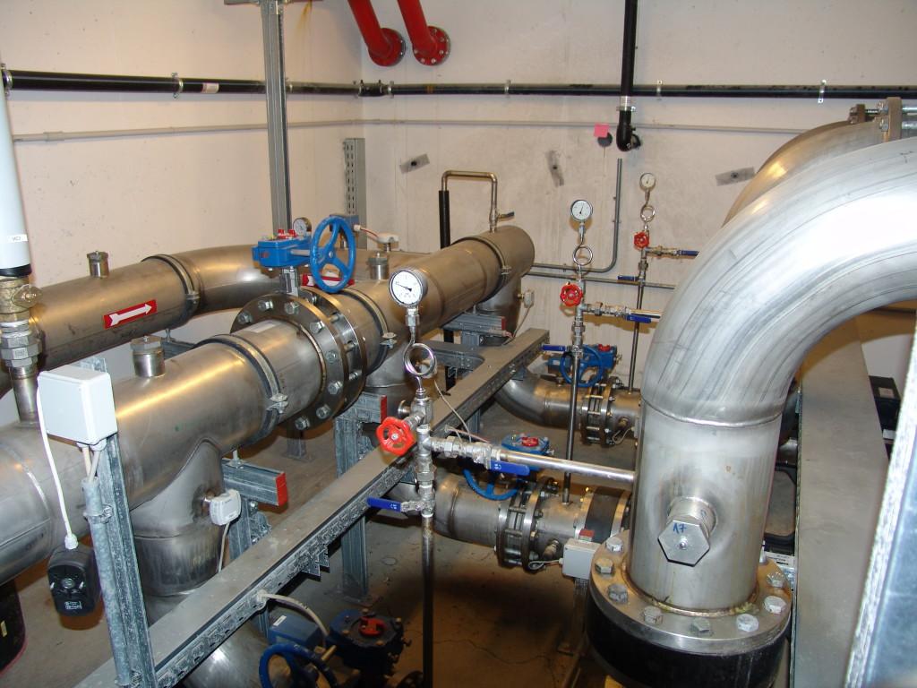 Vista interna della centrale a mare, nella quale avviene lo scambio termico fra l'acqua di mare e il fluido termovettore (acqua glicolata) che percorre l'anello tecnico, permettendo il funzionamento delle pompe di calore (Fabbro Vanni).