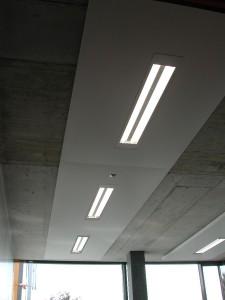 Vela ibrida che combina un soffitto radiante con un sistema di diffusione dell'aria e che può essere integrata con un corpo illuminante (MWH).