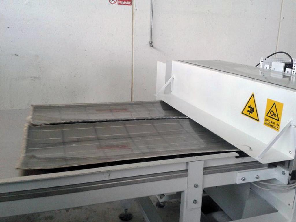Macchina devetratrice per la separazione tra vetro e film plastico a cui sono adese le celle fotovoltaiche nella struttura dei moduli.